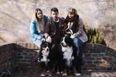 Человек с 2 друзьями и собаками женщины стоковая фотография