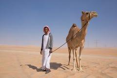 Человек с его верблюдом в пустыне Стоковое Изображение RF