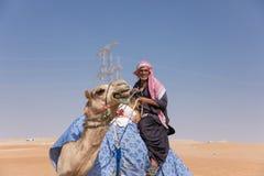 Человек с его верблюдом в пустыне Стоковая Фотография