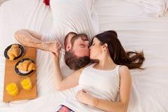 Человек с завтраком женщины в кровати в утре Стоковое Изображение