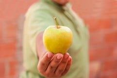 Человек с зеленым яблоком Стоковое фото RF