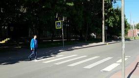 Человек с инвалидностью пересекая пешеходный переход в городе сток-видео