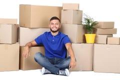 Человек с картонными коробками и зеленым растением стоковые изображения
