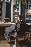Человек с клиентом бороды парикмахерскаи хипстера Хипстер с ожиданиями бороды для парикмахера и стрижки Человек с покрытой бородо стоковые фотографии rf