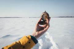 Человек с компасом в руке Стоковое Фото