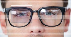 человек с коробкой фокуса глаза над стеклами и деталью и линиями Стоковая Фотография
