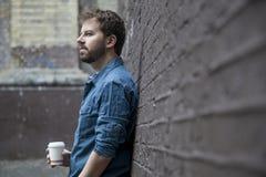 Человек с кофе, который нужно пойти стоковое фото rf
