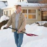 Человек с лопаткоулавливателем снежка Стоковые Изображения RF
