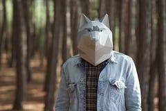 Человек с маской волка на голове Стоковые Фото
