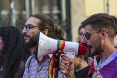 Человек с мегафоном в гей-параде LGBT в Лиссабоне стоковые фотографии rf