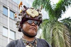 Человек с необыкновенным головным убором стоковая фотография rf