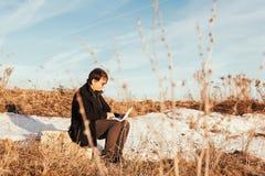 Человек с ноутбуком на улице стоковое фото