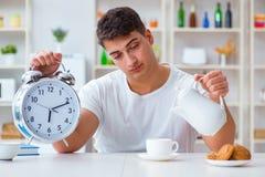 Человек с падать будильника уснувший на завтраке Стоковая Фотография RF