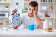 Человек с падать будильника уснувший на завтраке Стоковое фото RF