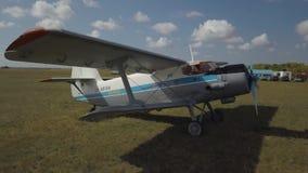 Человек с парашютом идет к самолету сток-видео