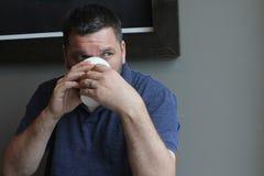 Человек с питьем бумажного стаканчика - кофе Стоковые Изображения RF