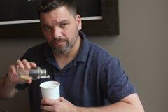 Человек с питьем бумажного стаканчика - кофе Стоковая Фотография
