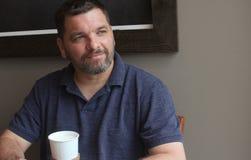 Человек с питьем бумажного стаканчика - кофе Стоковое Изображение RF