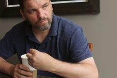 Человек с питьем бумажного стаканчика - кофе Стоковая Фотография RF