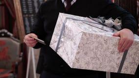 Человек с подарочной коробкой сток-видео