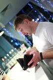 Человек с портмонем стоковое изображение