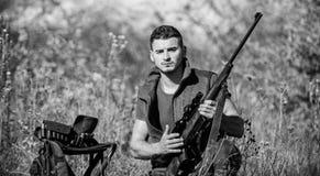 Человек с предпосылкой природы оборудования звероловства винтовки Охотиться оборудование и меры безопасности Подготовьте для охот стоковая фотография rf