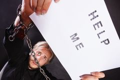 Человек с прикованный держать рук помогает мне подписать Стоковые Изображения