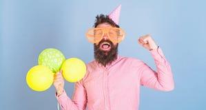 Человек с развлечениями кустовидной бороды организуя для детей Битник с шальным взглядом празднуя, концепция счастья лучей стоковое изображение