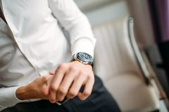 Человек с рубашкой кнопок дозора белой стоковые изображения rf