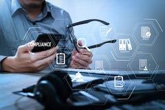 человек с рукой eyeglasses используя шлемофон VOIP с цифровой таблеткой Стоковое Изображение