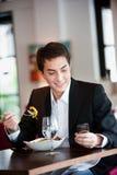 Человек с салатом и телефоном Стоковые Фото