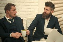 Человек с серьезной эмоцией Деловые партнеры, бизнесмены обсуждают дело на встрече в офисе Бородатый босс в костюме Стоковые Изображения RF