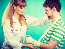 Человек с сломленным доктором посещения руки Стоковое Изображение