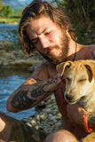 Человек с собакой стоковое изображение