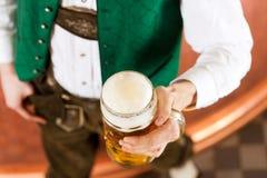 Человек с стеклом пива в винзаводе Стоковое Фото