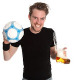 Человек с стеклом soccerball и пива Стоковое Изображение