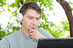 Человек с таблеткой Стоковое фото RF