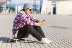 Человек с телефоном стоковые изображения rf