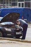 Человек с тревогой автомобиля Стоковые Фото