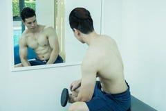 , человек с тренажером веса гантели Стоковое Изображение