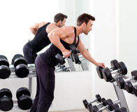 Человек с тренажером веса на гимнастике спорта Стоковые Изображения