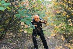 Человек с тыквой на его голове Сказание хеллоуина стоковые фотографии rf