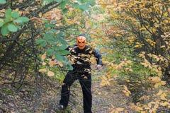 Человек с тыквой на его голове Сказание хеллоуина стоковые изображения