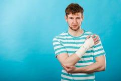 Человек с тягостной перевязанной рукой стоковое изображение rf