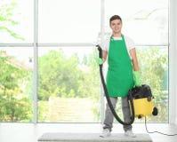 Человек с уборщиком пара пара около большого окна Стоковые Фотографии RF