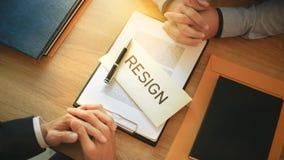 Человек с уведомлением об отставке для прекращенный работе к менеджеру человеческих ресурсов стоковые фотографии rf