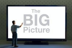Человек с удаленным и гигантским телевидением говоря БОЛЬШОЕ изображение стоковые фото