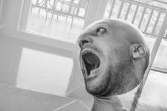 Человек с удушьем и мукой смерти, страдать шизофрении и расстройством рассудка, сумашедший человек кричащий Стоковые Изображения RF