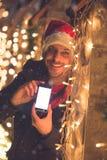 Человек с украшением телефона пустого экрана умным и светов рождества Концепция технологии и праздников Стоковые Фото