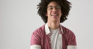 Человек с усмехаться вьющиеся волосы видеоматериал
